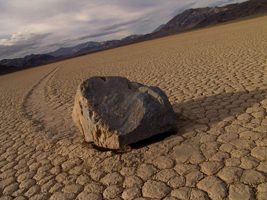 движущиеся камни долина смерти