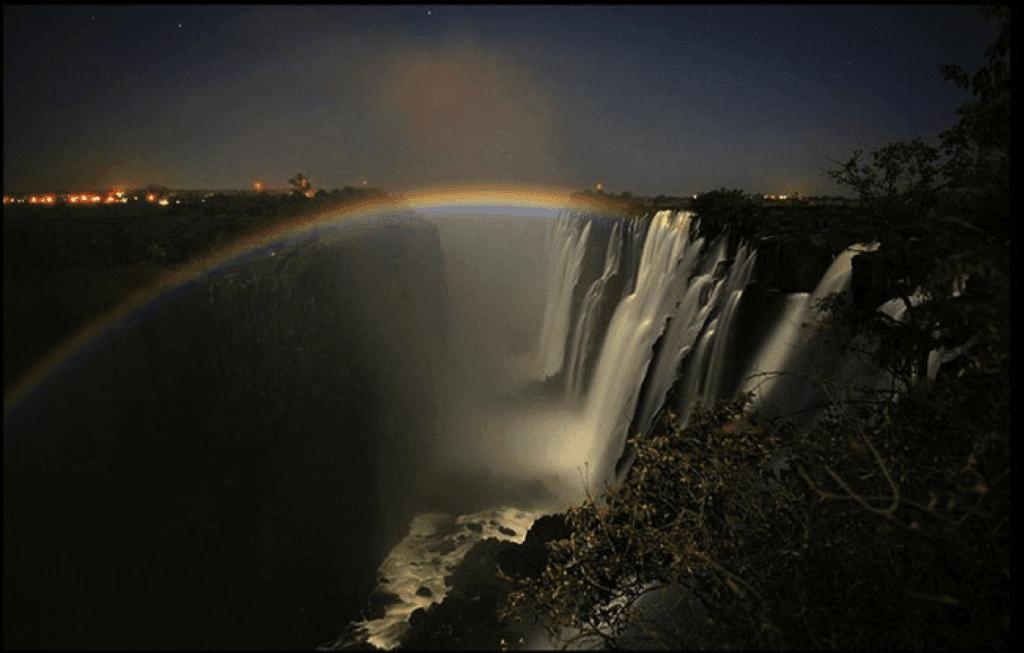 лунная радуга у водопада
