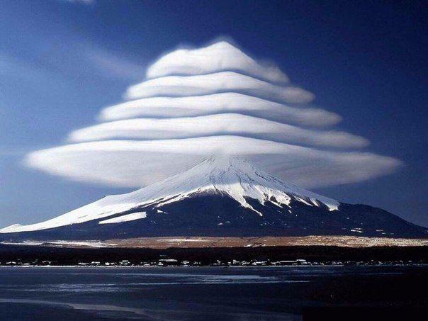 лентикулярные облака над горой Фудзи в Японии