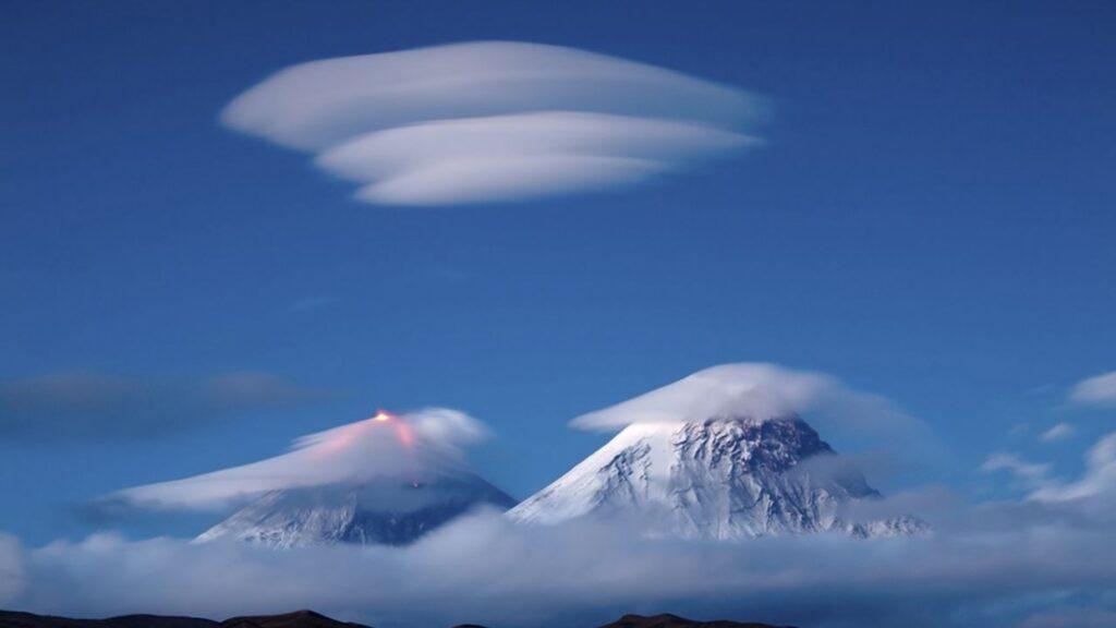 линзовидные облака фото над горами